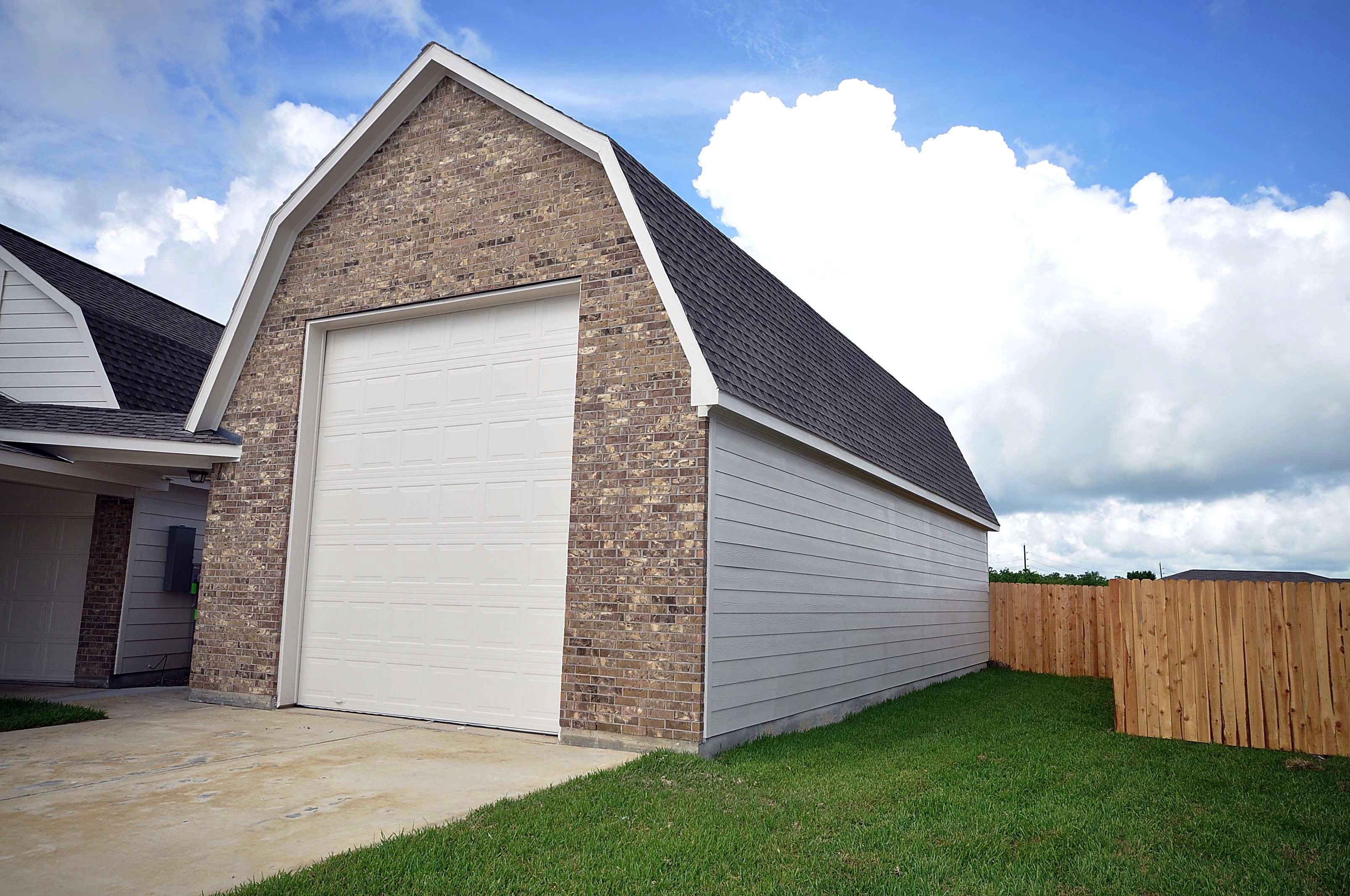 Cervelle homes rv garage for Homes with rv garages